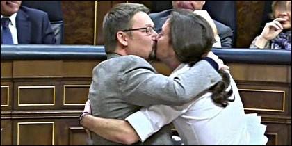 El beso de Pablo Iglesias y Xavier Domènech en el Congreso de los Diputados.