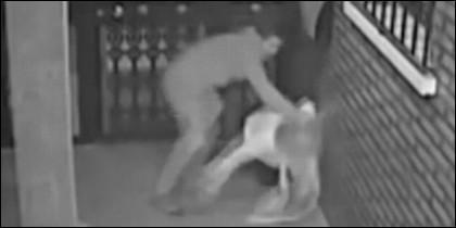 El ladrón propina una bestial paliza a la mujer, para robarle el bolso.