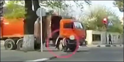 Atropella un camión