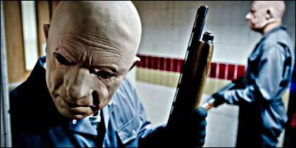 Criminales disfrazados con máscaras durante un atraco.