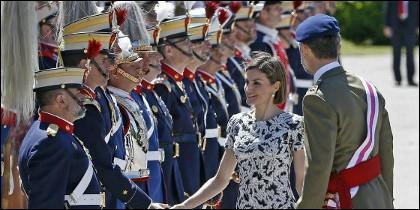 Pasando revista a las tropas de la Guardia Real