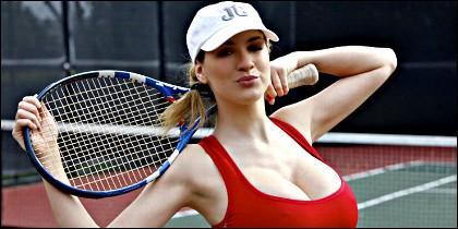La modelo Jordan Carver haciendo de tenista.