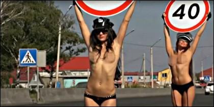 Macizas en 'topless' con señales de tráfico en una carretera de Rusia.