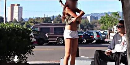 El precio de desnudarse en la calle.