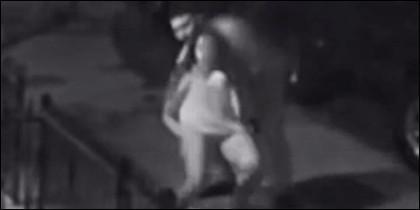 El violador intentado forzar a la mujer en la acera.