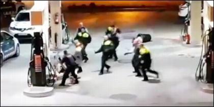 \Hombre se enfrenta a 9 policías con una motosierra