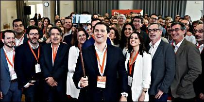 El líder de Ciudadanos, Albert Rivera, se hace un selfie con sus compañeros de partido.