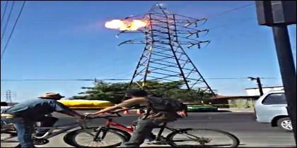 El momento en que el tipo toca un cable y se electrocuta, en lo alto de la torre de alta tensión.