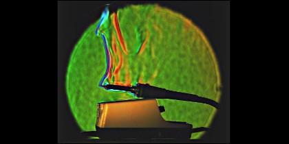 Fotografía schlieren en color, que muestra las diferencias de densidades del aire caliente sobre la punta de un soldador caliente.