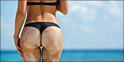 De vacaciones, en bikini y por la playa.