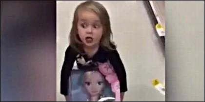 La niña opta por 'robar' la muñeca 'Elsa' de Frozen.