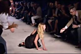 Una modelo sufre un traspie, tropieza y cae de culo en la pasarela.