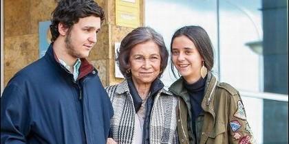 La reina Sofía junto a sus nietos Froilán y Victoria Federica