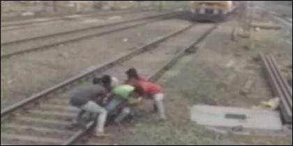 Atrapado en la vía del tren