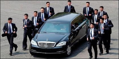 Guardaespaldas corriendo rodeando el coche de Kim Jong-Un