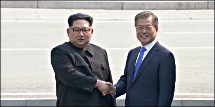 Kim Jong Un y Sur Moon Jae-in se estrechan la mano