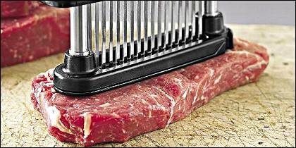 Un utensilio de cocina para mechar y sazonar la carne.
