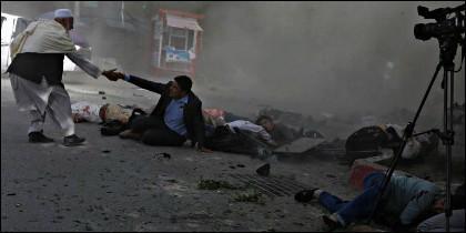 Periodistas muertos o heridos en el doble atentado islamista de Kabul.