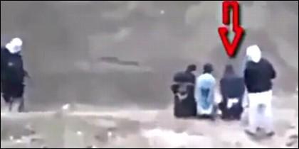 El prisionero marcado con la flecha, apunto de ser ejecutado, quita el arma a uno de sus verdugos y acribilla a los del ISIS.
