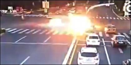 El coche acelera en el semáfóro y... explota.
