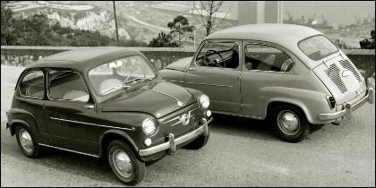 Dos modelos de Seat 600, con apertura diferente de puertas.