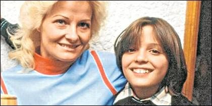 Luis Miguel de niño, con su madre, la actriz Marcela Basteri, quien ahora debe tener 72 años.
