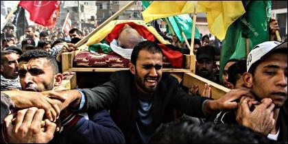 Militantes palestinos en el funeral por un terrorista de Hamas.