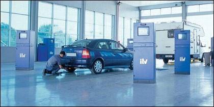 Coche: las siglas ITV corresponden a inspección técnica de vehículos.