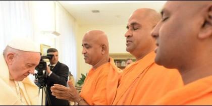 El Papa Francisco, con la delegación budista