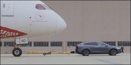 Un Tesla Model X remolcando un Boeing 787 Dreamliner