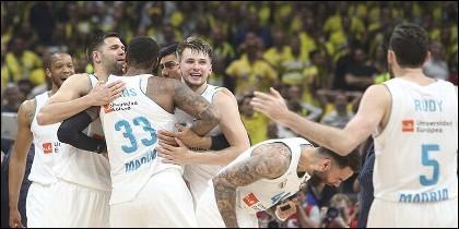 Los jugadores del Real Madrid de baloncesto celebran su Décima Copa de Europa.