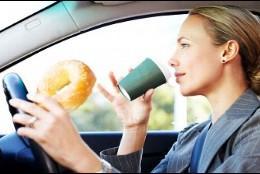 Los peligros de comer o beber conduciendo el coche.