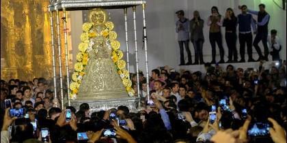 La Virgen del Rocío ya sale en procesión