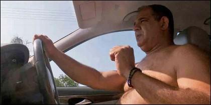 Conducir sin camisa