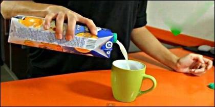 Siriviendo así, es casi imposible que la leche o el zumo salpique al usar un tetrabrik.
