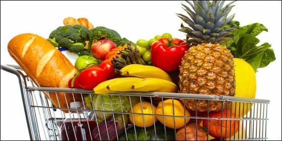 El carro del supermercado lleno de frutas y otros alimentos.
