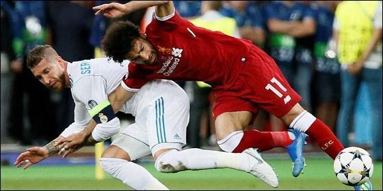 Sergio Ramos pelea con Mohamed Salah.
