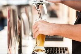 camarero tirando cerveza