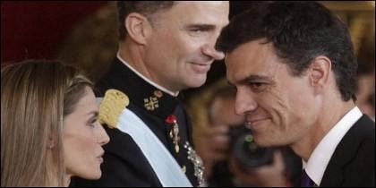 Un montaje con el Felipe VI observndoa de reojo a Pedro Sánchez saludado por la reina Letizia