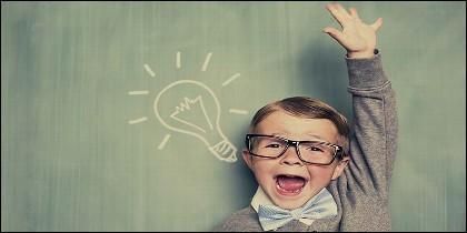 Niño con gafas, estudios, ciencia y escuela.