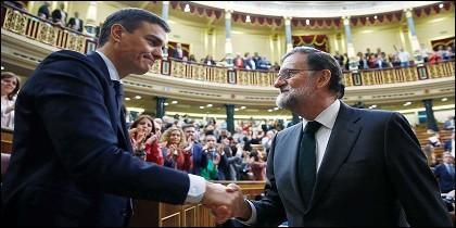 El presidente del Gobierno, Mariano Rajoy, felicita al recién investido presidente el socialista Pedro Sánchez, tras ganar en el Congreso de los Diputados la moción de censura presentada por el PSOE.