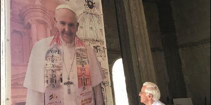 El padre Ángel, junto a una imagen del Papa en Jordania