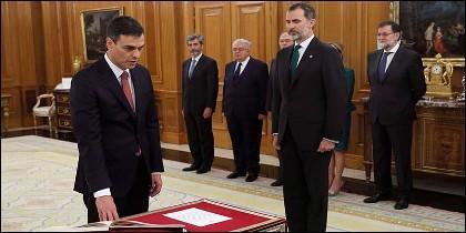 El líder del PSOE, Pedro Sánchez, promete ante el Rey el cargo de presidente del Gobierno