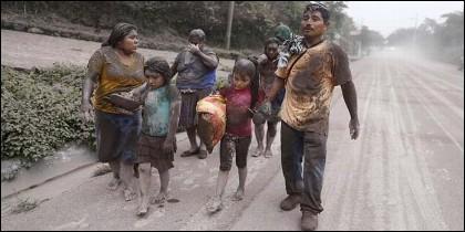 Una familia de campesinos huye del Volcán de Fuego, en Guatemala.