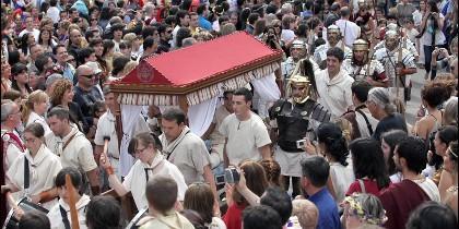 Participantes de Arde Lucus a su paso por la histórica ciudad de Lugo