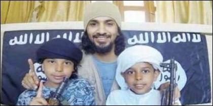 Un terrorista yihadista en Ceuta, posa con sus hijos.