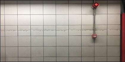 En la pared de la estación de cercanías lo que han pintado es el skyline de Madrid.
