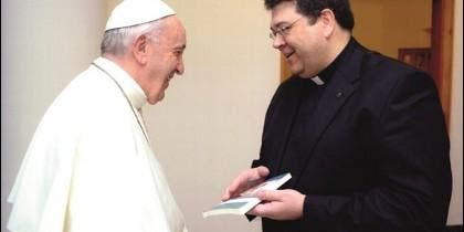 El Papa saluda al padre Oliveras