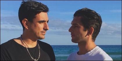 Vicente (de negro) es arquitecto y escritor, mientras que Iñaki (de blanco) es auxiliar de vuelo.