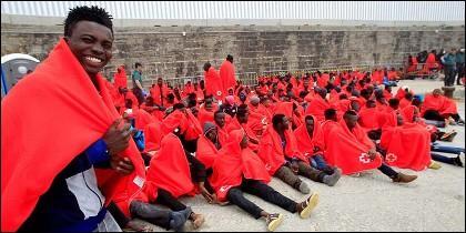 Inmigrantes subsaharianos 'sinpapeles' rescatados por Salvamento Marítimo en las costas andaluzas.